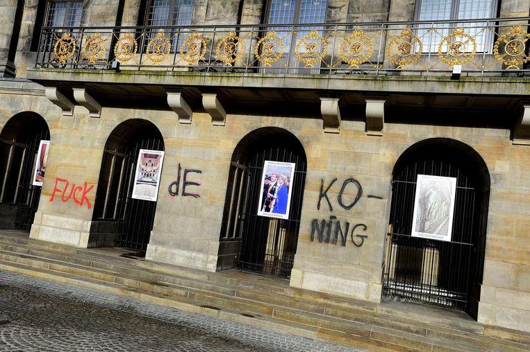 De woorden 'Fuck de Koning' gespoten op de muren van het Koninklijk Paleis op de Dam, 2015. Beeld ANP