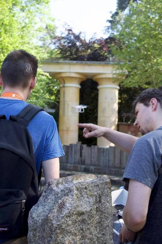 Frank van Dorth (rechts) geeft aanwijzingen aan een student in Dierenpark Amersfoort tijdens opnames van het nieuwe leeuwenverblijf.