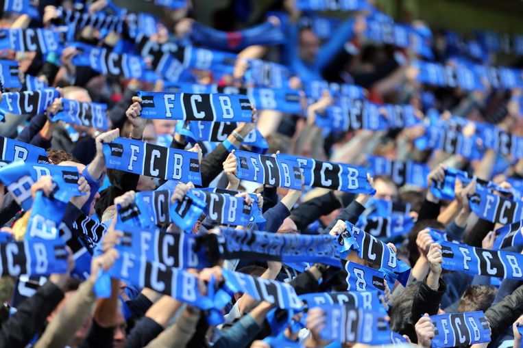 Club Brugge-fans tonen trots hun sjaal. Beeld Belga Image