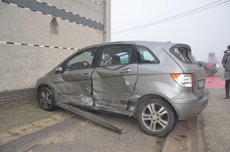 Door de klap belandde de Mercedes tegen de gevel van een hoekwoning.