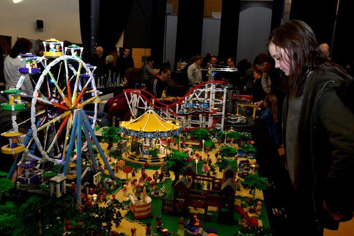 Veel volk op de lego-beurs in Tielt. Jongedame hierbij is Margaux, 11 jaar, uit Wingene