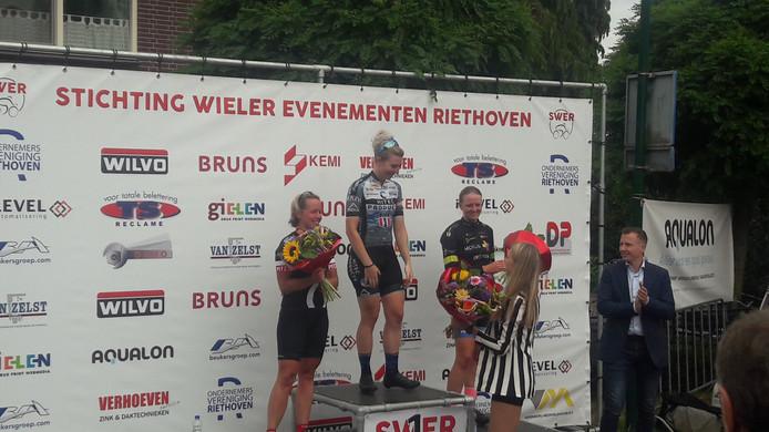 Nina Kessler wint in Riethoven de jaarlijkse wielerronde, voor Sandra van Veghel en Paulien Koster.