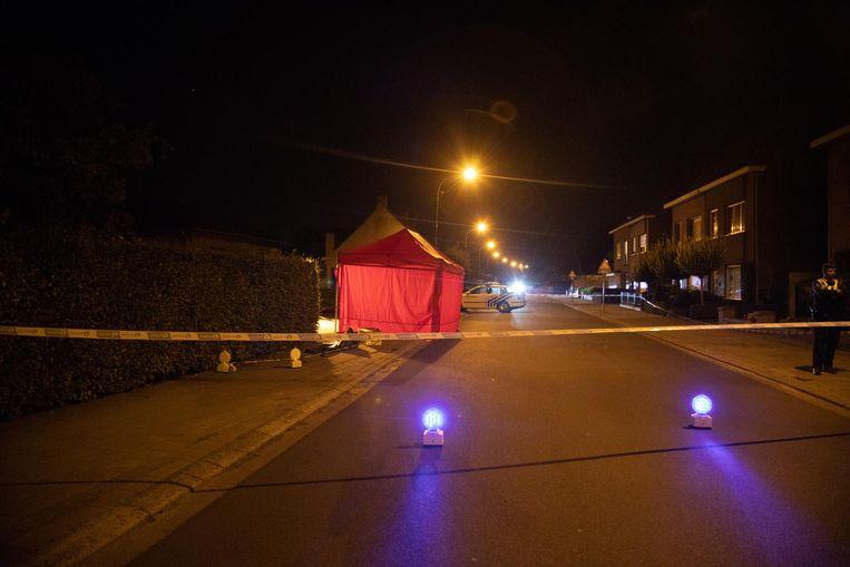 Op de plek waar de foetus gevonden werd, heeft de brandweer een tent geplaatst. De politie kamt ondertussen de buurt uit op zoek naar getuigen of meer informatie.