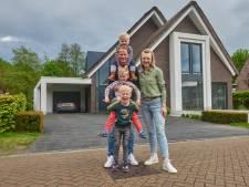 Deze markante villa in Brabant heeft een eigen 'indoor voetbalstadion' met kunstgras