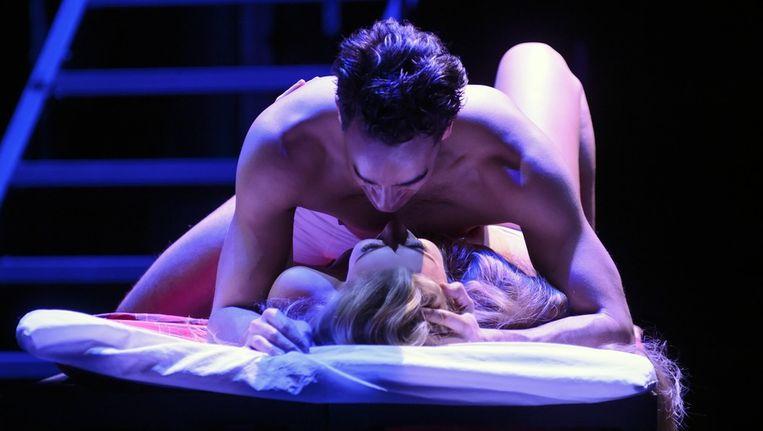 Freek Bartels en Celinde Schoenmaker in 'Love story'. Beeld Roy Beusker