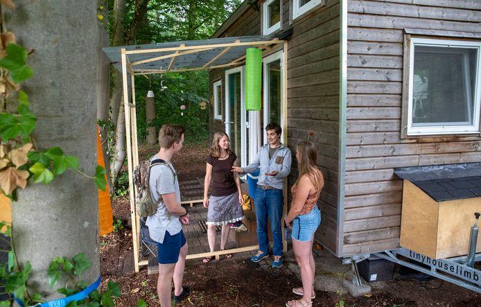 Kirsten en Joachim de Koning (midden) vertellen belangstellenden over hun tiny house.