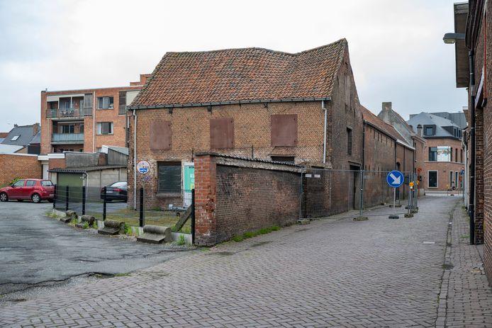 De Tuitenstraat werd afgesloten voor gemotoriseerd verkeer door een oud gebouw dat mogelijk op instorten staat.