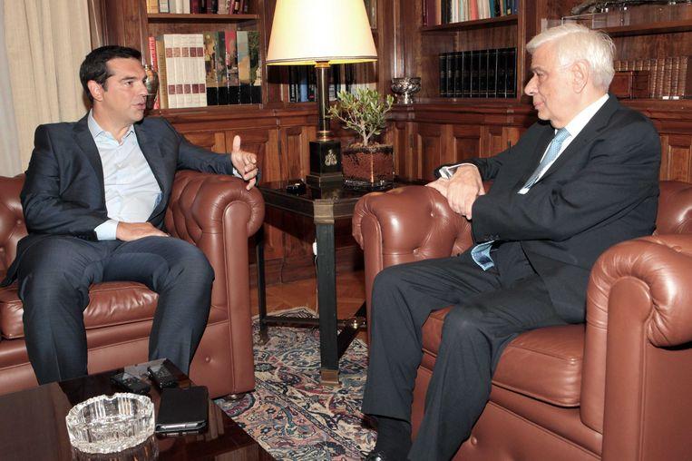 De Griekse premier Alexis Tsipras dient zijn ontslag in bij president Prokopis Pavlopoulos. Beeld EPA