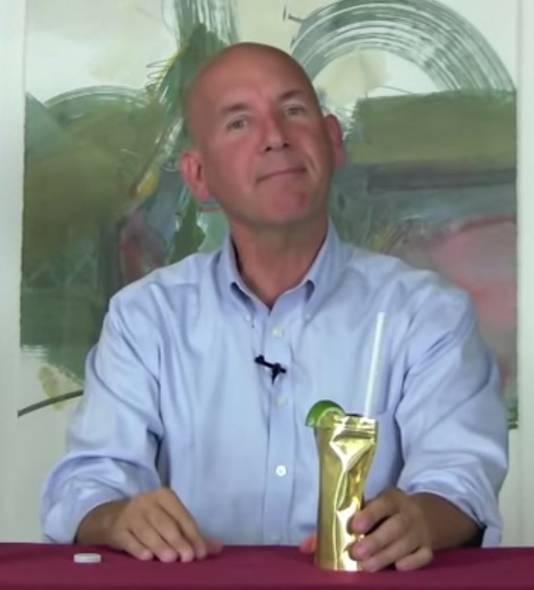 Bedenker Mark Phillips drinkt een Palcohol Cosmopolitan.