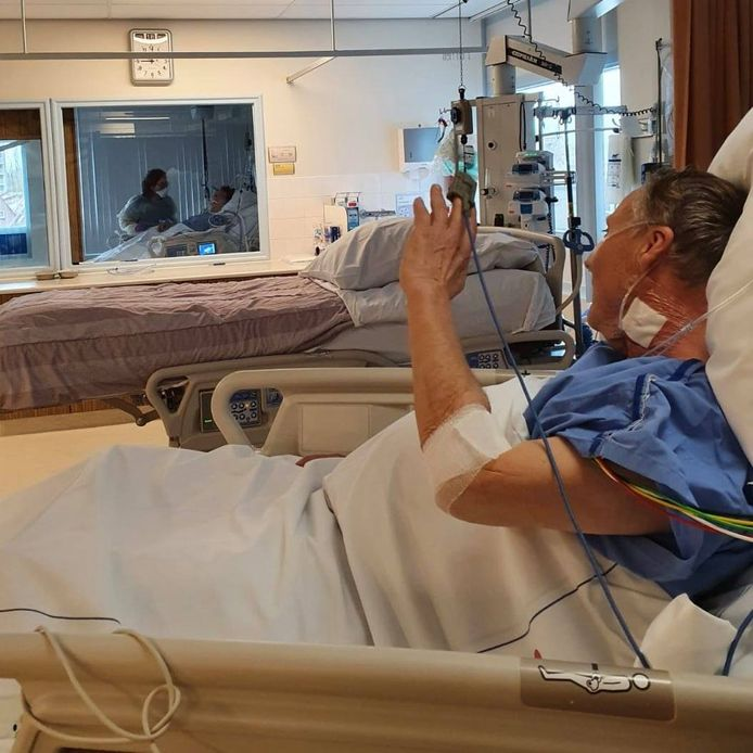 Paul Achterberg (65) zwaait naar zijn echtgenote Marianne (63). Beiden liggen op de intensive care als gevolg van corona.