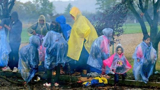 Migranten in Trnovec, Kroatië, wachtend tot de grens met Slovenië wordt heropend.
