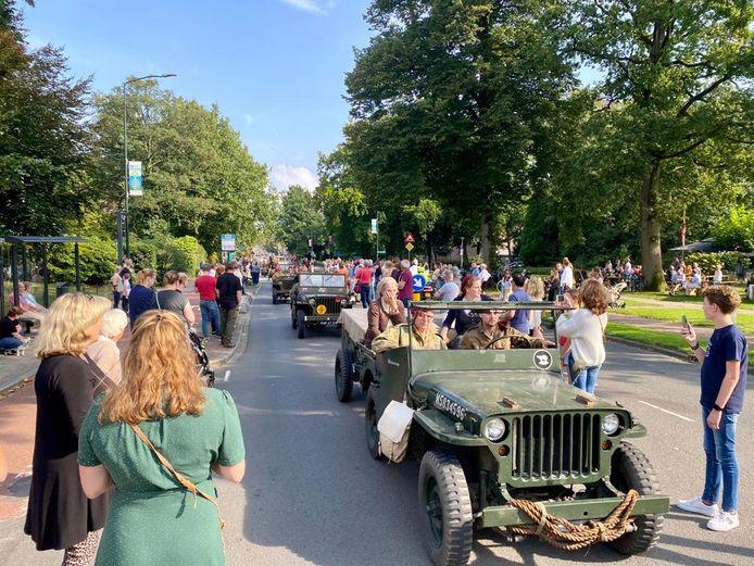 Enthousiasme bij de komst van de karavaan van Airborne Battle Wheels in Oosterbeek.