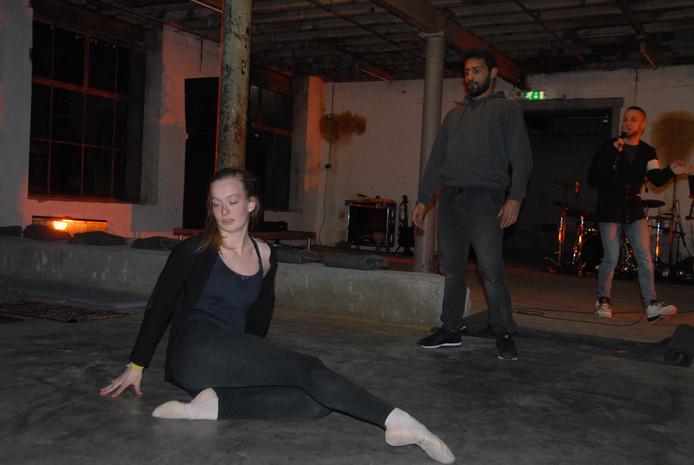 Een woordkunstenaar en twee dansers droegen gezamenlijk zorg voor de ouverture.