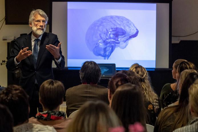 Neuropsycholoog Erik Scherder legt zijn gehoor uit hoe muziek het dementerende brein kan beïnvloeden.
