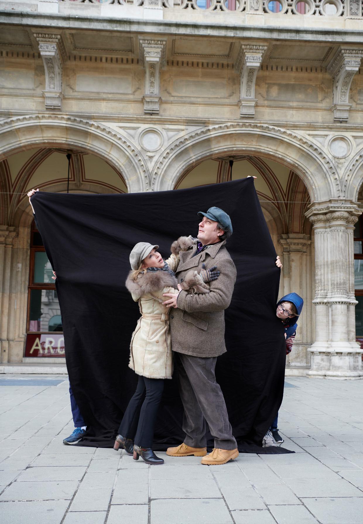 Ludovic Tézier en zijn vrouw, sopraan Cassandre Berthon, voor het operahuis in Wenen.