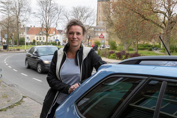 Noortje Schuddebeurs bij de bocht bij het Vispoortplein. Het is volgens de Zutphense een racebaan voor haar huis.