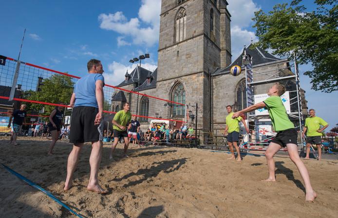 Beachvolleybal in Haaksbergen op de Markt voor de kerk.