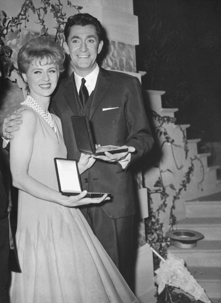 Jean-Claude Pascal wint het Songfestival in Cannes in maart 1961. Naast hem staat Tessa Beaumont, die als pauze-act danste. Beeld Getty Images