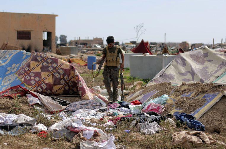 Een SDF-strijder in Baghouz. Beeld REUTERS