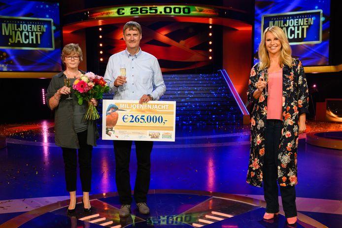 Frans en zijn vrouw Jolanda naast Linda de Mol met het geldbedrag.