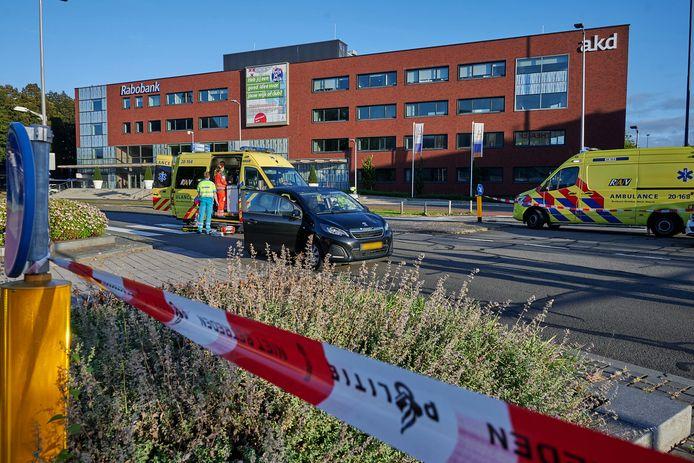 De politie heeft de weg afgesloten en doet onderzoek.