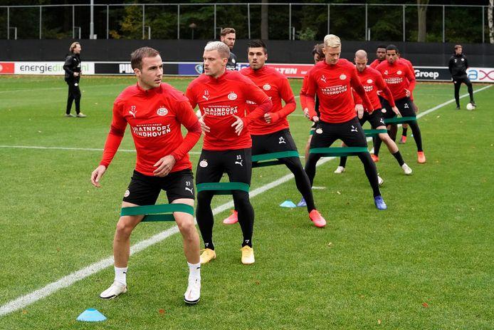 De geplaagde PSV-selectie, met Mario Götze en Philipp Max vooraan, bij de training gisteren.