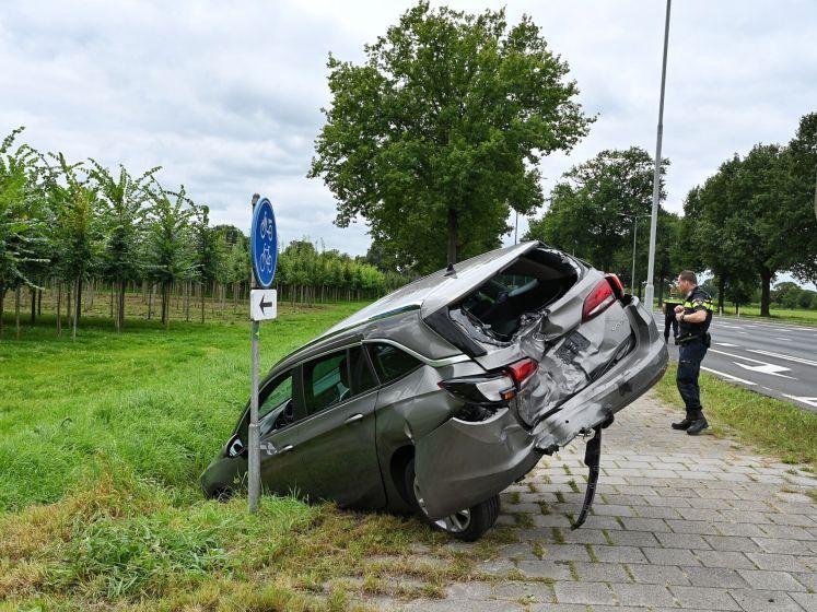 Bestelbusje botst achter op auto in Haaren, man naar het ziekenhuis