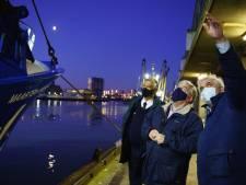 Burgemeester Van Zanen brengt vroeg bezoek aan visafslag