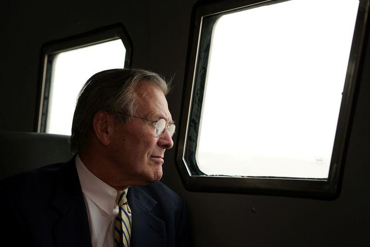 Donald Rumsfeld tijdens een bezoek aan Irak in 2004.  Beeld REUTERS