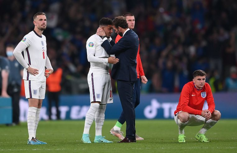 Bondscoach Gareth Southgate troost zijn spelers. Beeld Pool via REUTERS