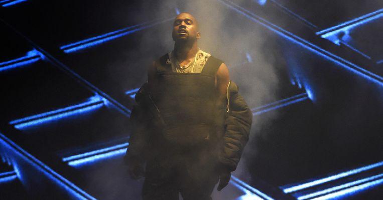 Op de facebookpagina van Glastonbury wordt opgeroepen om Kanye West met bekers urine te bekogelen.