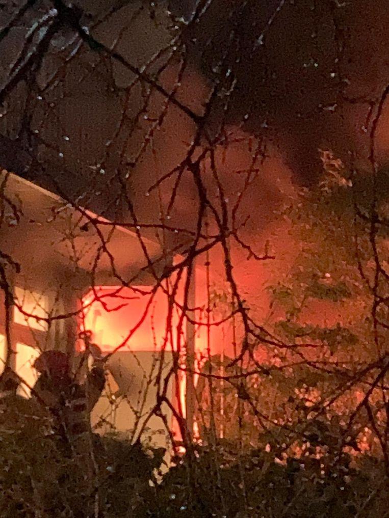 De vlammen sloegen aan de achterzijde van de woning uit de ramen. Beeld C. Schilperoort