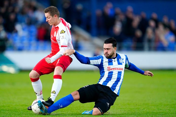 Kevin Gomez Nieto keert terug bij Scheveningen. Hier maakt hij namens Quick Boys de IJsselmeervogels-aanvaller Maikel de Harder het leven zuur.