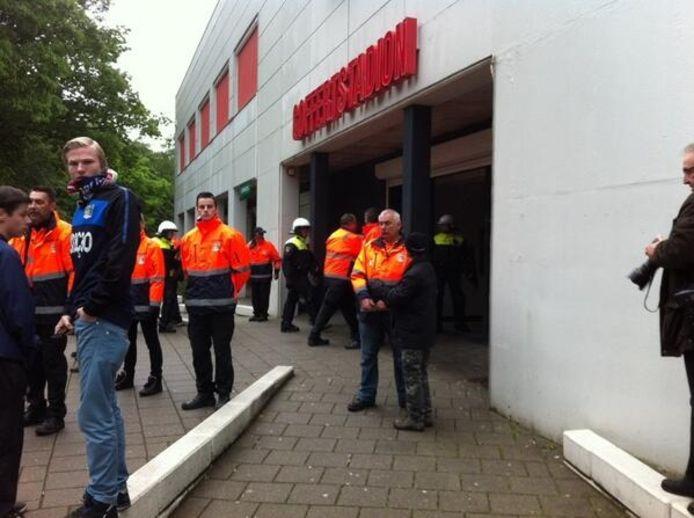 De ME gaat de Goffert in Nijmegen binnen. Foto: Jaap van Essen