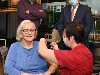 Bekende Koksijdse Agnes (88) krijgt als eerste coronaprik in woonzorgcentrum Dunecluze