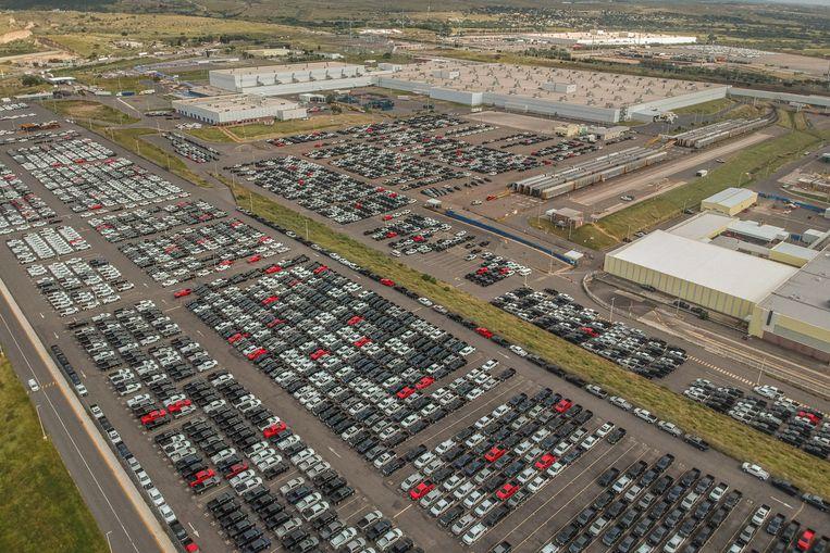 Het parkeerterrein van de GM-fabriek in Silao staat bomvol peperdure Chevrolets Cheyenne, bedoeld voor de Amerikaanse markt.  Beeld Volkskrant