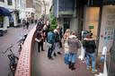 Het hele weekend stond er in de Wielakkerstraat een lange rij mensen te wachten voor de nieuwe, geïmproviseerde ingang van modewarenhuis Primark.