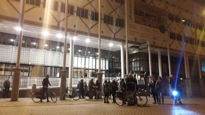 Het stadhuis van Apeldoorn werd uit voorzorg ontruimd. Er waren enkele tientallen mensen in het gebouw op dat moment.