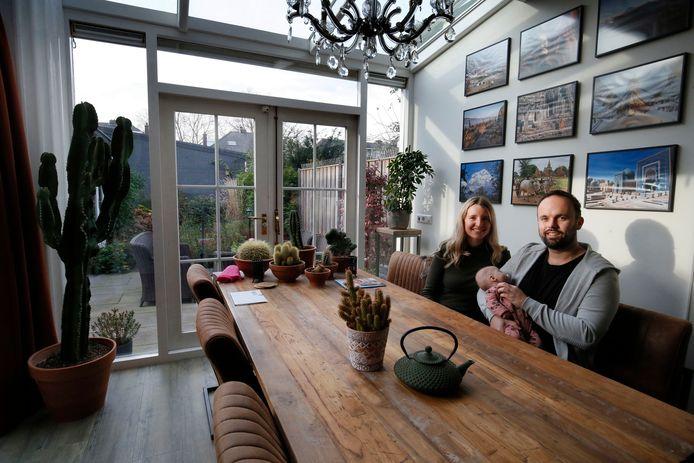 Yvette van Proosdij en Daniël den Toom in de woonkamer van hun huis.