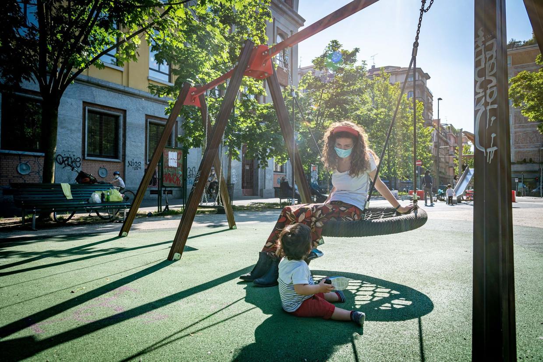 Kinderen spelen in een speeltuin in Milaan, waar een andere variant van het coronavirus woedt dan in China. Beeld BSRagency IPA / BACKGRID