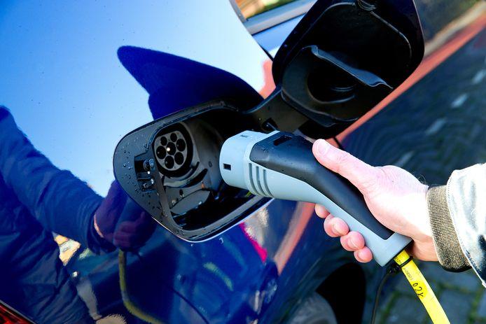 Een elektrische auto wordt opgeladen.