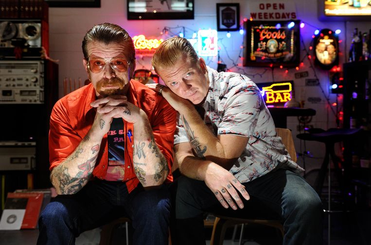 Eagles of Death Metal. Zanger Jesse Hughes (links). Mede-oprichter Josh Homme (rechts), bekend van Queens Of The Stone Age, zou niet mee op tour zijn.
