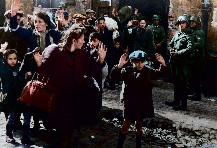 Duitsers voeren Joden af uit het getto van Warschau, 1943. Beeld RV Foto uit De tijd in kleur, uitg. Omniboek.