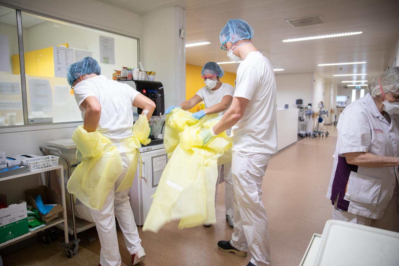 Uittrekken van de schorten vóór de verpleegkundigen de afdeling af kunnen.