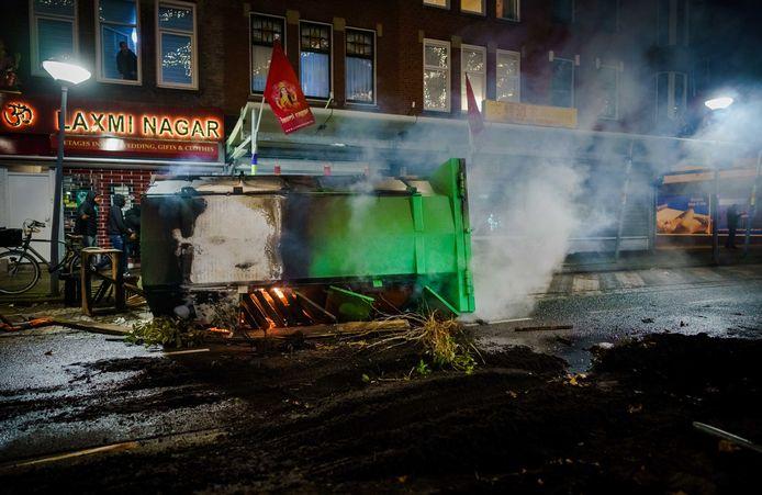 Brandresten op straat nadat een grote groep jongeren de confrontatie met de politie heeft gezocht op de Beijerlandselaan in Rotterdam. De mobiele eenheid was aanwezig en heeft charges uitgevoerd om de straat leeg te vegen. Ook zijn er enkele aanhoudingen verricht en is een waterkanon aangerukt. ANP MARCO DE SWART