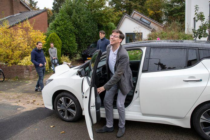 Wethouder Peter de Haan stapt uit de nieuwe deelauto van de Wageningse Benedenbuurt.