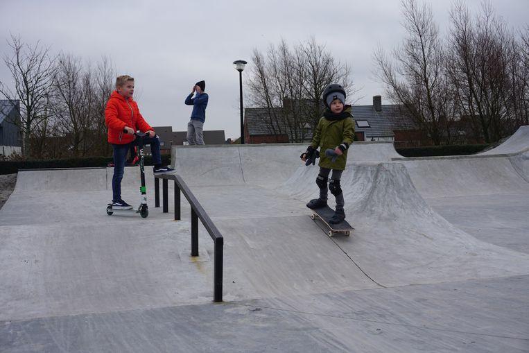 In de Lijsterstraat werd een nieuw skatepark geopend. De kleine Lander (rechts) test het park alvast grondig uit.