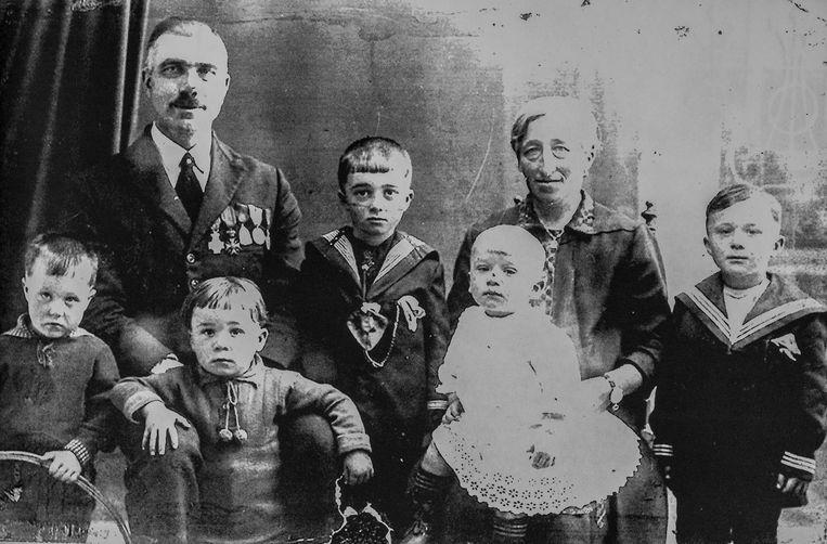 Het gezin Léonard (ca. 1930) met de vijf jongens. Alleen André overleefde WO II. Beeld Jonas Lampens