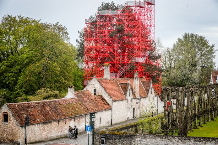 De rode stelling in de tuin van het Guido Gezellemuseum.