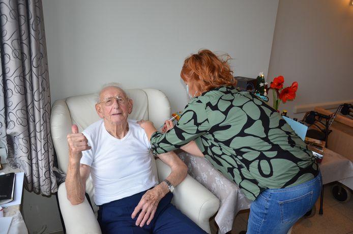 De jarige Maurice, die 91 kaarsjes mag uitblazen, vond het een hele eer om het eerste coronavaccin toegediend te krijgen.
